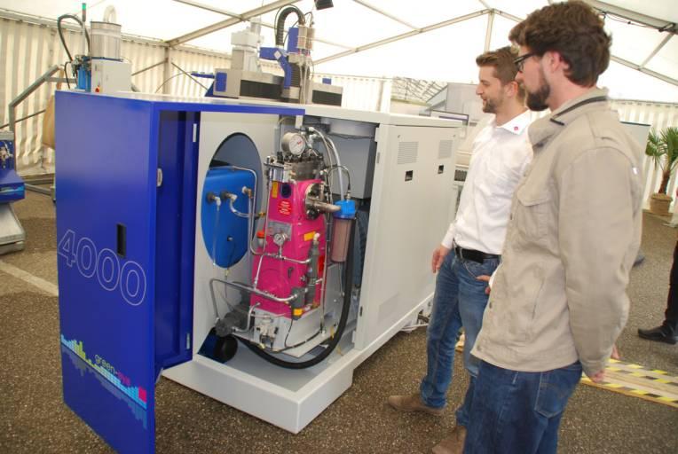"""Ewald Perndorfer (links) erklärt einem Kunden die Hochdruckpumpe """"Servojet 4000"""". (Foto: Perndorfer)"""