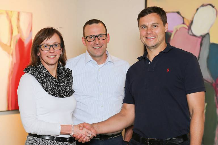 V.l.n.r.: Bettina Steuber (CFO PSG) und Udo Fuchslocher (CEO PSG) freuen sich gemeinsam mit Guntram Meusburger (CEO Meusburger) auf eine erfolgreiche Zusammenarbeit.