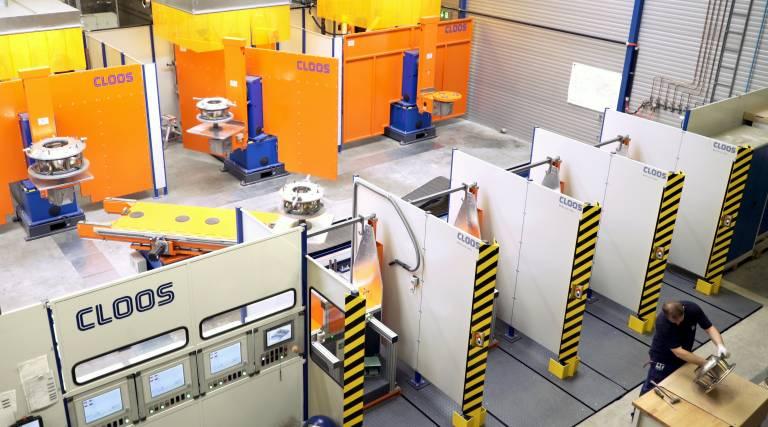 Die verkettete Roboteranlage verfügt über vier Be- und Entladestationen sowie drei Schweißzellen.