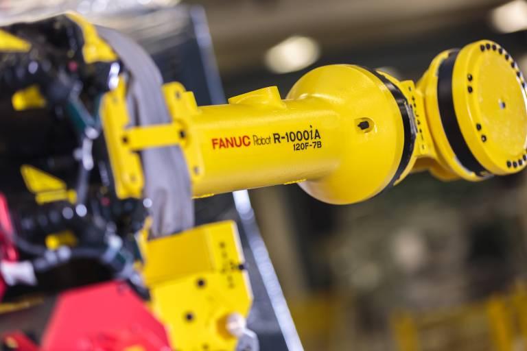 """Die Länge der Schwinge 2 kann durch """"Einklappen"""" zusätzlich um 400 mm verringert werden, damit eröffnet der Roboter zusätzliche Möglichkeiten, wie etwa den Abstand zwischen Roboter und Bauteil zu verringern, um eine noch kompaktere Zelle zu bauen."""