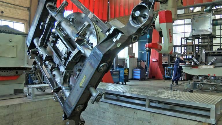 Die Roboteranlage schweißt komplette Drehgestellrahmen für Eisenbahnlokomotiven in einer Aufspannung.