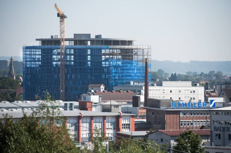 Die Bauarbeiten für den rund 54 m hohen Schuler Innovation Tower (SIT) liegen voll im Zeitplan, der Bezug ist in einem Jahr geplant. (Bildquelle: Schuler)