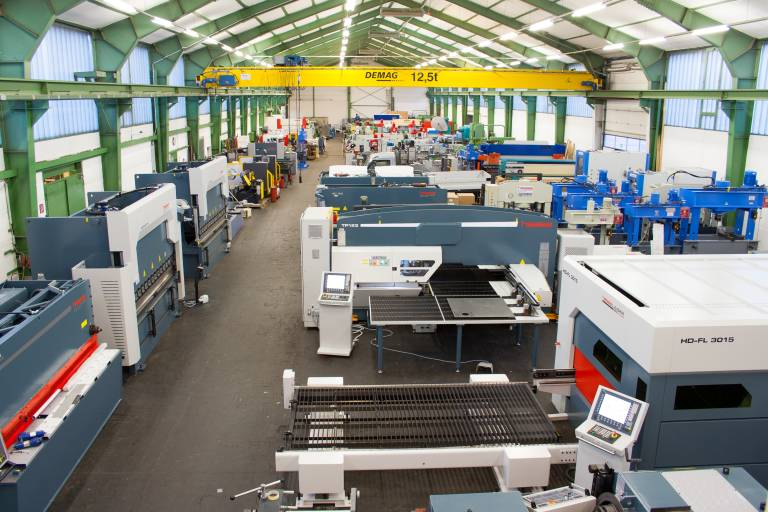 Auf insgesamt 3.000 m² Ausstellungsfläche stehen bei der Hausmesse des Traditionsunternehmens Hesse+ Co mehr als 300 Maschinen zur Vorführung bereit.