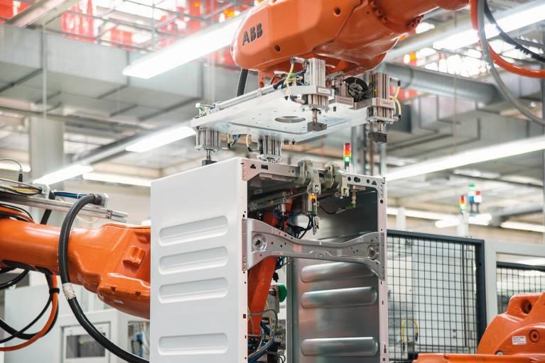 Die Taktzeit für die Gehäusefertigung der neuesten Waschmaschinengeneration von Miele beträgt 49,5 s