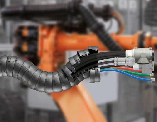 Die neuen Standard-Schlauchpakete für Schweißroboter ermöglichen einen schnellen und unkomplizierten Austausch des gesamten Energieführungssystems am Roboter. (Bild: igus GmbH)