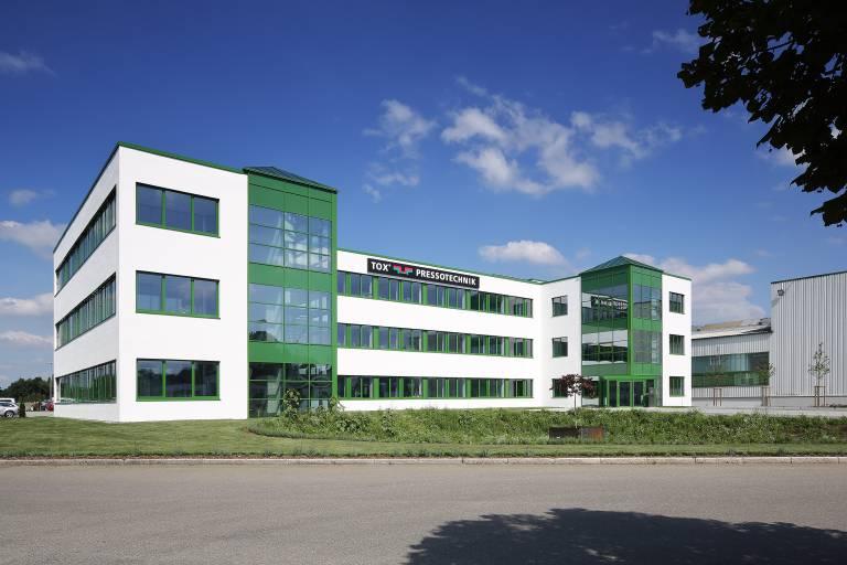 Mit dem Bezug des neuen Bürogebäudes finden umfangreiche Neubau- und Erweiterungs-Projekte ihren erfolgreichen Abschluss.