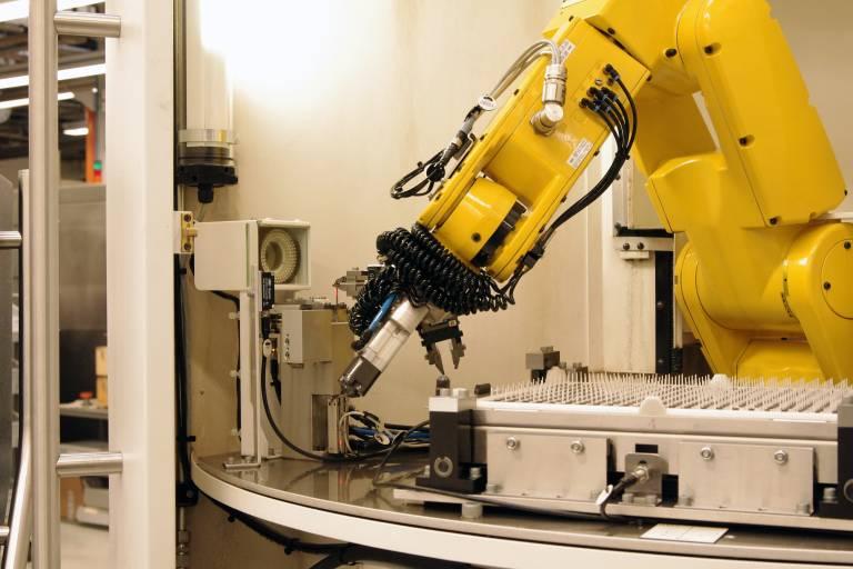In die COMPACT LINE ist ein Roboter zum Be- und Entladen von Rohlingen und Schneidplatten integriert – bzw. auch zum Prüfen der bereits fertig geschliffenen Schneidplatte auf einer Messstation.