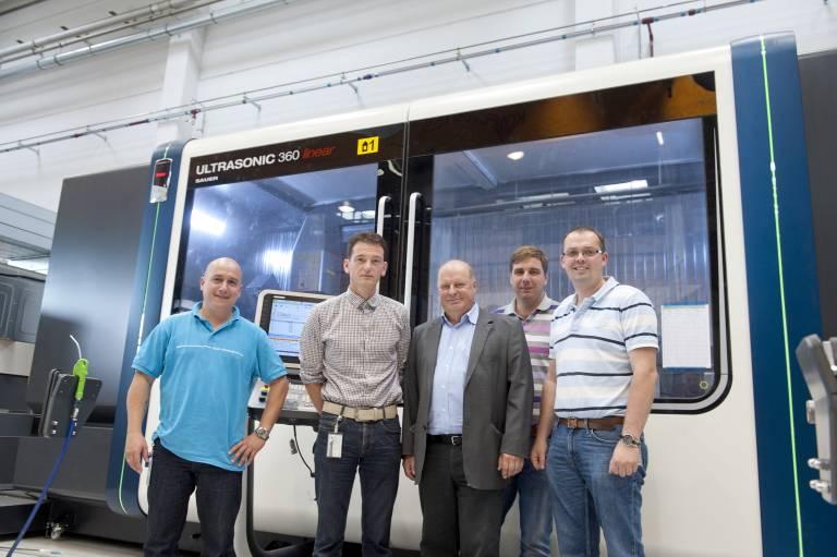 Mit versierten Fachkräften fertigt FACC auf der ULTRASONIC 360 linear Bremsklappen aus Composite-Werkstoffen.