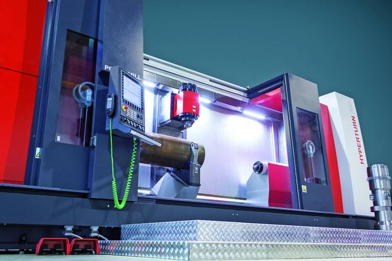 """Hohe Leistung und Produktivität bei nur einer Aufspannung zeigen sich in den technischen Daten der Hyperturn 200 Powermill: Mit einem Drehmoment der Hauptspindel von 84 kW und einer Leistung von 6.410 Nm ist das Dreh-Fräszentrum für alle Bearbeitungen ausgelegt. Für Präzision und Stabiliät sorgt die RAM-Struktur, die als """"Box-in-Box""""-System aufgebaut ist."""