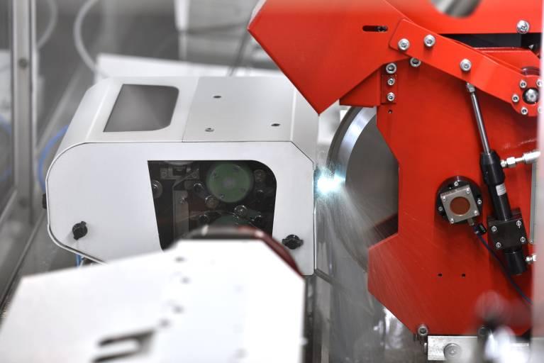 Die Abrichteinheit ist vom Prinzip her eine Drahterodiermaschine – eine Studer-Neuentwicklung zum Abrichten von metallgebundenen Diamant- und CBN-Schleifscheiben direkt in der Schleifmaschine.