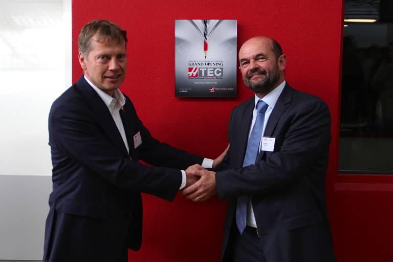 Jens Thing (links), Geschäftsführer von Haas Automation Europe, Patrick Bizet, Managing Director lycée La Joliverie.