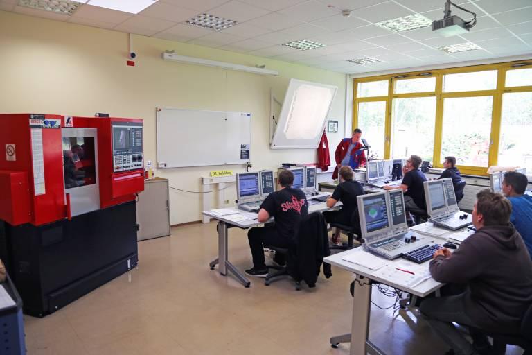 In den CNC-Labors kann auf modernen Offline-Arbeitsplätzen die Programmierung praxisnah erlernt und geübt werden.