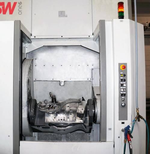 Aufgrund der Unzugänglichkeit der Bremssattelanbindung in der zweispindligen W06-22 wird das Schwenklager auf der einspindligen BA one6 fertig bearbeitet. Hierbei wird durch das Auflagekontrollsystem sichergestellt, dass das Werkstück korrekt gespannt ist und somit die Lagetoleranzen trotz Umspannen eingehalten werden können.