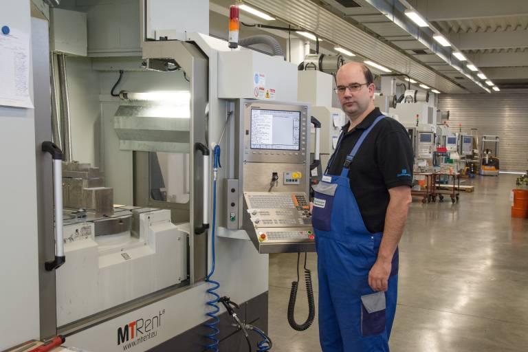 Thomas Bruckbauer, Leiter CNC-Fräsen bei Buchberger, an neuen Werkzeugmaschinen, die Werkstücke aus Nickel-Basis-Legierungen bearbeiten.