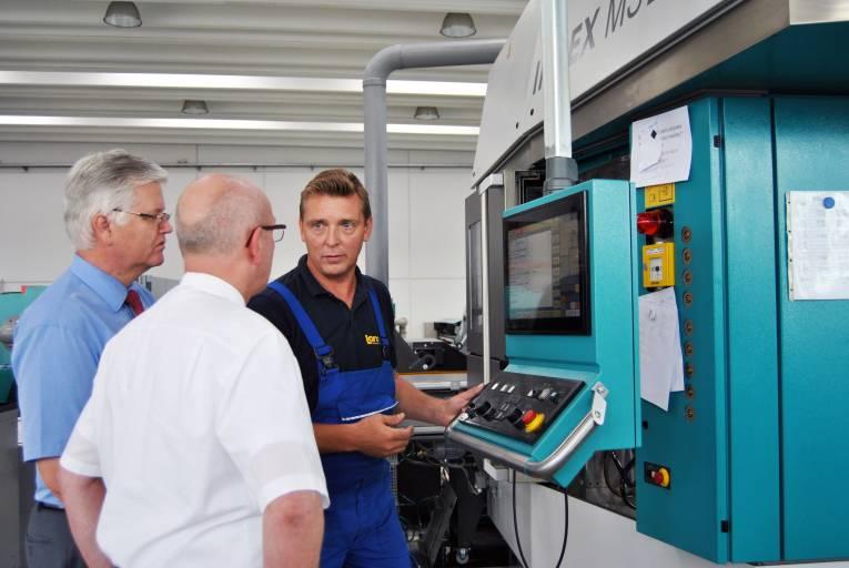 Durch die Rüstfreundlichkeit der Maschine ist die MS22C-8 bereits bei Stückzahlen von wenigen Tausend hoch wirtschaftlich. Im Bild Christian Lanza, hier im Gespräch mit Verkaufsleiter Michael Czudaj und Verkaufsingenieur Hermann Kraner. (v.r.)