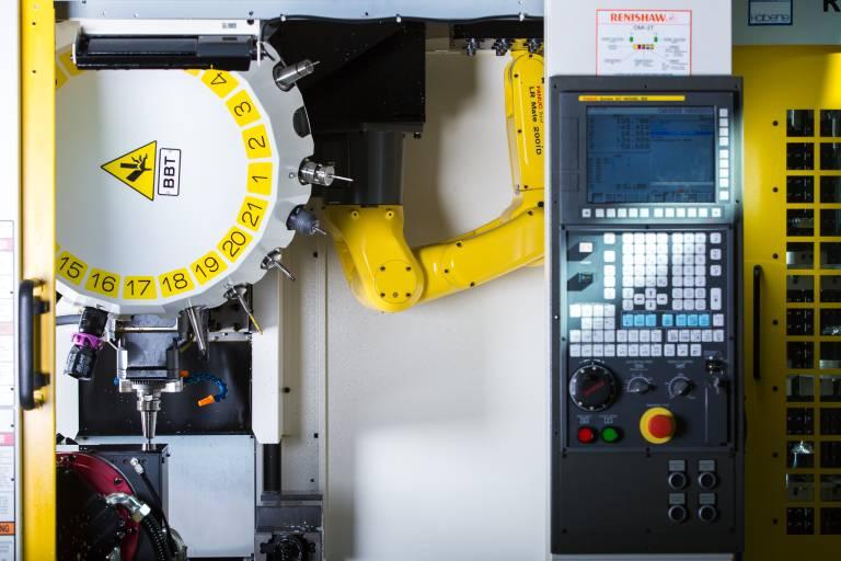 """Sämtliche Ausführungen der neuen ROBODRILL Baureihe α-DiB haben ein Bedienpanel mit iHMI. Die Bediensoftware """"ROBODRILL-Linki"""" überwacht die Maschine permanent, zeichnet Arbeitsdaten auf. Die automatische Maschinenüberwachung soll unvorhergesehene Stillstandszeiten auf ein Minimum reduzieren."""