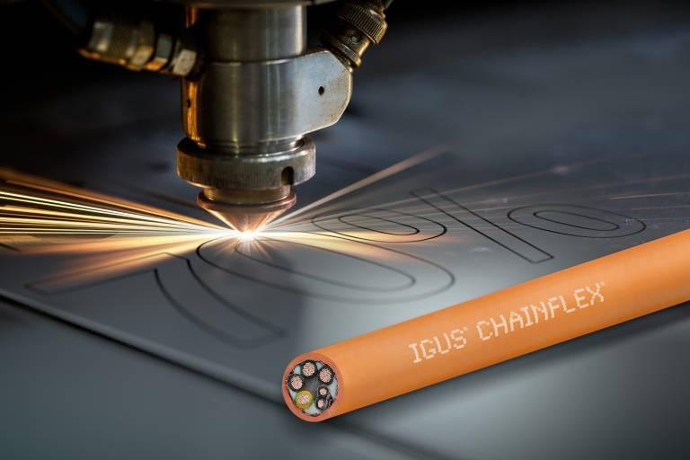 Bis zu 70 % Prozesskosten sparen: Die neue chainflex CF897 Leitung mit iguPUR-Außenmantel ist hitze- und ölbeständig. (Quelle: igus GmbH).