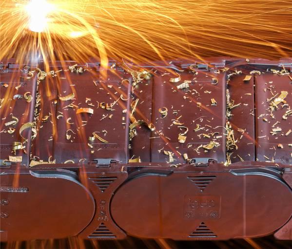 Die leichten und geschlossenen Energierohre R4.1L von igus sind jetzt ebenfalls als Hochtemperaturversion erhältlich.