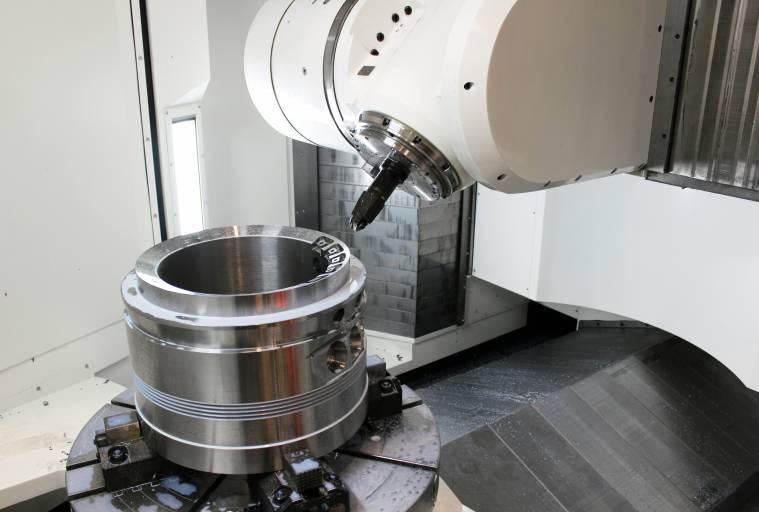 Die Maschinen der INTEGREX e-V Baureihe sind mit einer in der B-Achse schwenkbaren Frässpindel und einem in der C-Achse schaltenden Rundtisch (an der Drehspindel) ausgestattet. Die Maschine wird als Ausführung mit zwei Paletten oder als Ausführung mit einem einzelnen Tisch angeboten.