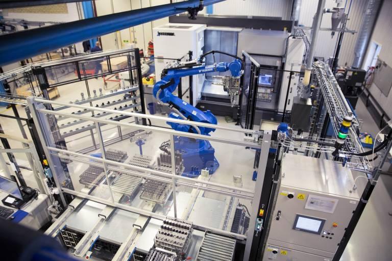 Die vollautomatisierte Fertigungszelle bei Sandvik Coromant in Gimo: Eine spezielle Software vernetzt die Okuma MULTUS U3000 mit dem Roboter, einem externen Werkzeugmagazin und dem Produktionsplanungssystem von Sandvik Coromant.