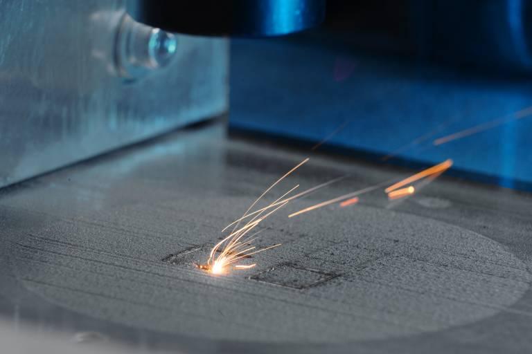 Der 140 W Dieodenlaser ermöglicht bei einem Strahldurchmesser von 250 µm auch die Verarbeitung von Edelstahl.