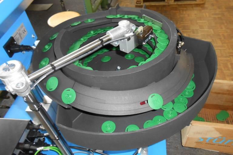 Fördertöpfe werden für die Ausrichtung und Aufreihung von Komponenten zur Entnahme in der Automatiserung verwendet.