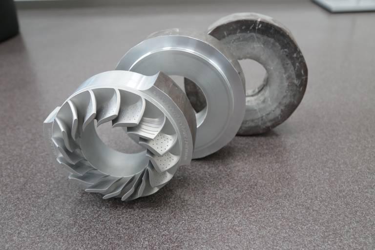 Bei ForgeBrid®-Teilen werden komplexe Geometrien mittels SLM Verfahren auf eine geschmiedete Trägerkomponente aufgebracht.
