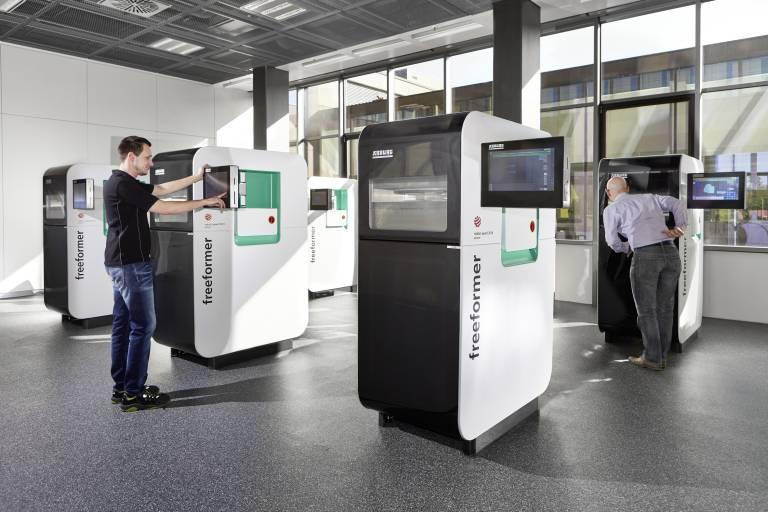 Im neuen Arburg Prototyping Center produzieren sechs Freeformer Musterteile für Kundenanfragen. (Bilder: Arburg)