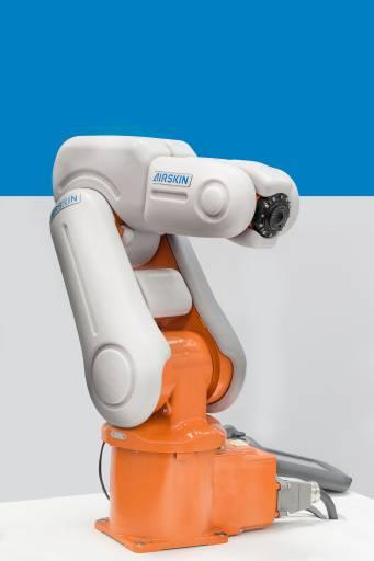 In der industriellen Fertigung wird die Kollaboration zwischen Mensch und Roboter immer wichtiger. Die AIRSKIN® setzt hier neue Maßstäbe. Es ist das erste System seiner Art, das es Menschen ermöglicht, sich gefahrlos in unmittelbarer Nähe von Roboterarmen aufzuhalten und mit diesen zu arbeiten.