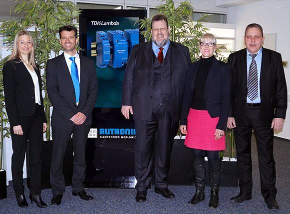 V. .l. n. r.: Sylvia Kiefer (Marketing bei TDK-Lambda Germany GmbH), Andreas Glaser (Produktbereichsleiter bei Rutronik), Thorsten Osteroth (Distribution Manager bei TDK-Lambda Germany GmbH), Andrea Bissinger (Vertriebsleitung bei Rutronik24 Deutschland), Tilo Rollwa (Bereichsleiter e-commerce bei Rutronik24).