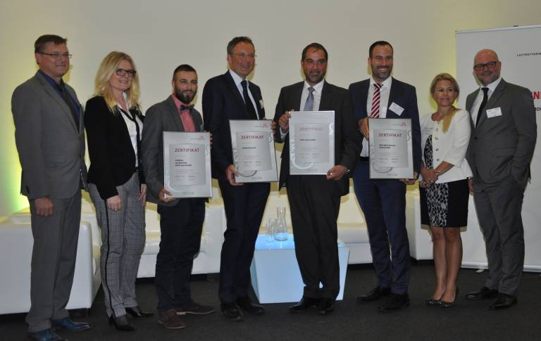 Gruppenfoto der Gastgeber der Leitbetriebeveranstaltung vom 12.09.2017 mit den Vertretern der Neu- bzw. Re-zertifizierten Leitbetriebe.