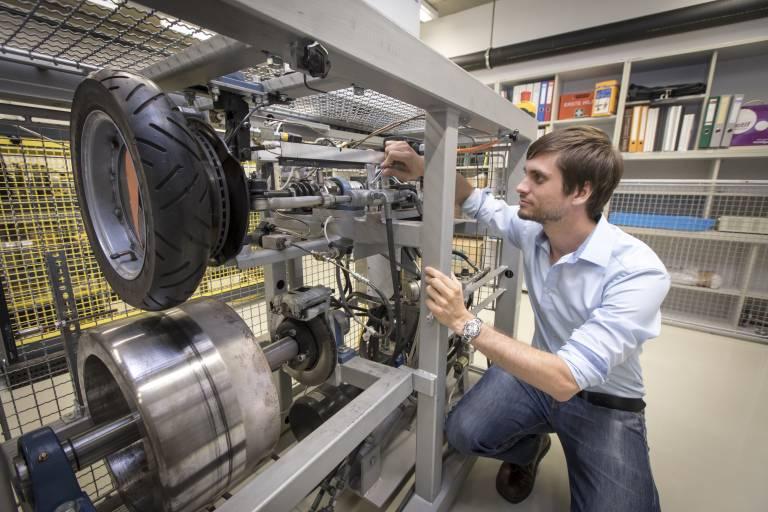 Geeignete Testmöglichkeiten zu schaffen ist eine relevante Zukunftsproblematik der Industrie. Und hier ist die Regelungstechnik ganz stark gefragt. (Bilder: Lunghammer - TU Graz)