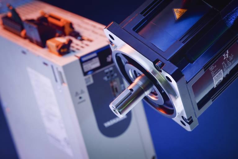 Mit aktuellen Neuentwicklungen – wie den Sigma-7-Servoantrieben – bietet Yaskawa dem Maschinen- und Anlagenbauer leistungsfähige Systemlösungen, die zum einen Maschinenausstoß, Produktivität und Effizienz erhöhen und zum anderen Planung, Inbetriebnahme und Betrieb konsequent vereinfachen und beschleunigen.
