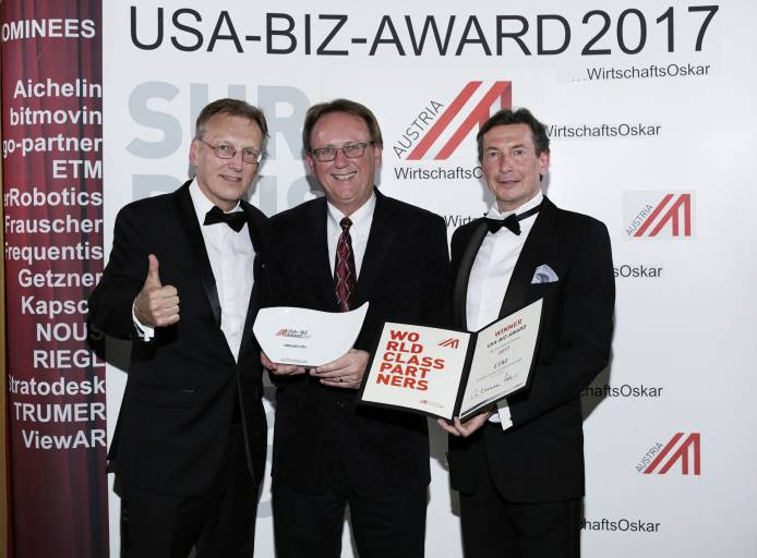 Carl Hoffmann (Siemens USA, Business Development für CoC WinCC OA in USA), flankiert von Außenwirtschaft Austria Chef Walter Koren rechts außen und Witschaftsgelegierter Rudolf Thaler links außen.