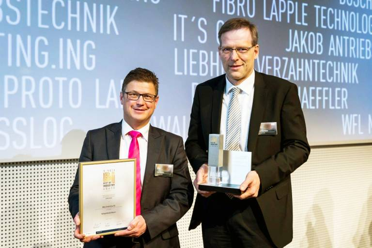 Freuen sich über den Best of Industry Award 2017 für die Rittal Kühlgeräte Blue e+: Frank Himmelhuber (r.), Geschäftsbereichsleiter Forschung & Entwicklung bei Rittal, und Martin Kandziora (l.), Hauptabteilungsleiter Marktkommunikation bei Rittal. (Bild: Stefan Bausewein/Vogel Business Media)