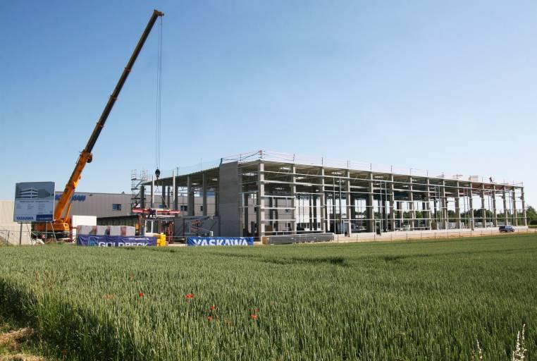 Yaskawa investiert in Europa erneut in moderne Werke und Gebäude – wie hier am europäischen Headquarter der Robotics Division in Allershausen bei München. (Bild: Yaskawa)