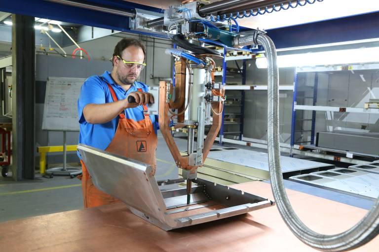 Teile lassen sich einfach und vorrichtungslos einlegen. Mit dem Stoßpunkter kann der Bediener die gesamte Arbeitsfläche abdecken.