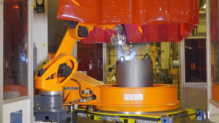 Der QIROX-Roboter schweißt die Kessel von beiden Seiten.