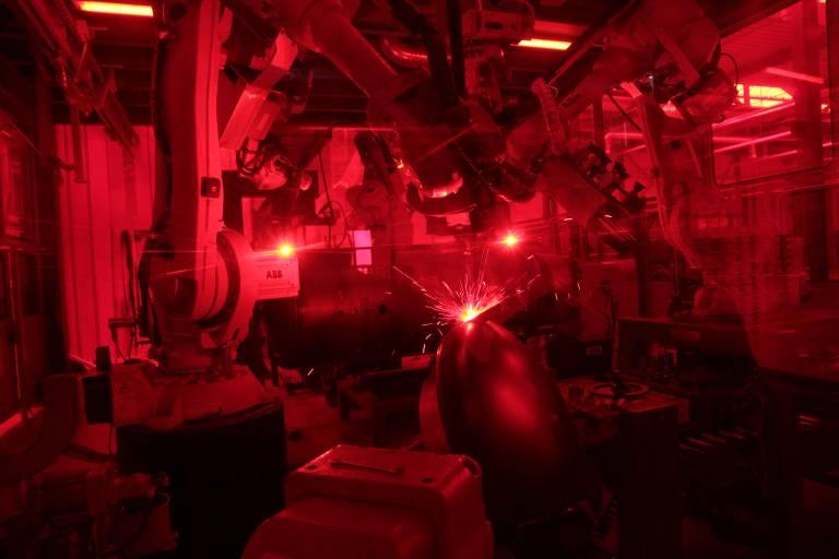 Blick in die Fertigungszelle der Pyropac AG durch ein Sicherheitsglas. Die ABB-Roboter schweißen in synchroner Arbeit komplette Wärmespeicher.