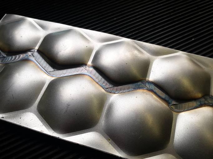 Mit einer nichtlinearen Rollennahtelektrode (Zick-Zack) lassen sich Wabenbleche strukturerhaltend und dichtend verschweißen.