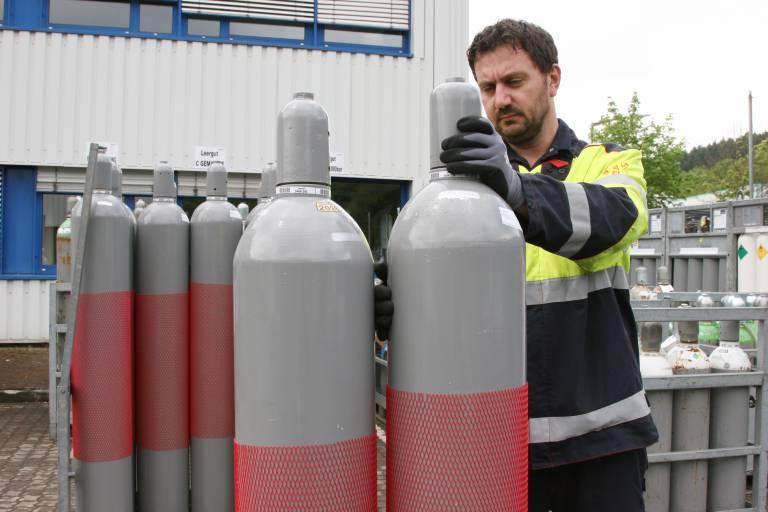 Beim Umgang mit Gasflaschen ist Vorsicht angebracht: In diesen Versandbehältern, die üblicherweise über ein Fassungsvermögen von drei bis 50 Litern verfügen, herrscht ein Druck von bis zu 300 bar.