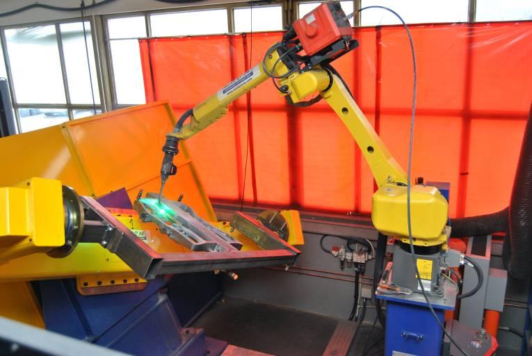 Der Langarm-Schweißroboter ARC Mate 100iC/8L von Fanuc trägt eine Fronius-Schweißquelle. Er verfügt über ein hohles Handgelenk und eine Reichweite von über zwei Metern sowie eine automatische Brennervermessung von Weldstone Advanced Automation, integriert in ein Binzel Brenner Reinigungsgerät und in die Fanuc Steuerung.