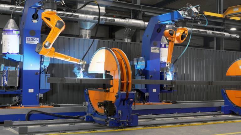 Die in Überkopf-Position montierten Roboter können auf der Bodenfahrbahn flexibel hin und her bewegt werden.