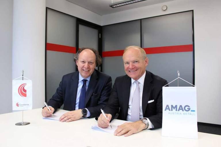 Alexander Baumgartner, Vorstandsvorsitzender der Constantia Flexibles (links) und DI Helmut Wieser, Vorstandvorsitzender der AMAG Austria Metall AG, bei der Vertragsunterzeichnung.