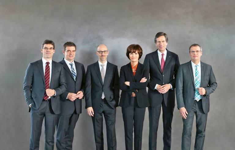 TRUMPF Gruppengeschäftsführung (v.l.n.r.): Dr. rer. soc. Lars Grünert, Dr.-Ing. Heinz-Jürgen Prokop, Dr.-Ing. E. h. Peter Leibinger, Dr. phil. Nicola Leibinger-Kammüller, Dr.-Ing. Mathias Kammüller, Dr. Christian Schmitz (Bild: Trumpf)
