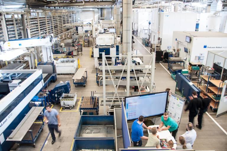 Trumpf wird die UWB-Technologie von BeSpoon künftig in der eigenen Produktion einsetzen, aber auch als Lösung im TruConnect-Produktportfolio für die Smart Factory bieten. (Bild: Trumpf)