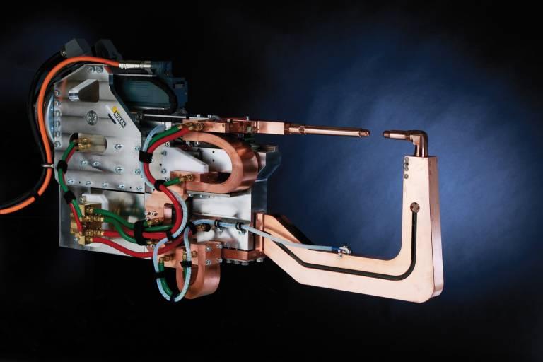 Die Nimak-Roboter-Schweißzange powerGUN mit KIP- und magneticDRIVE-Technologie eröffnet neue Fügemöglichkeiten im Multimaterial-Mix. (Bilder: Nimak)
