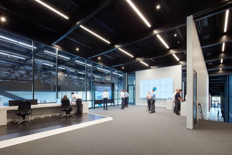 """Der """"Control Room"""" stellt den Besuchern in Echtzeit Prozesskennzahlen aus der laufenden Produktion zur Verfügung. (Bild: Trumpf)"""