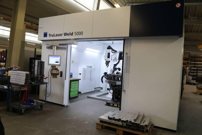Die TruLaser Weld 5000 ist ein schlüsselfertiges System für das automatisierte Laserschweißen – inklusive Roboter, Laser, Bearbeitungsoptik, Schutzkabine und Positioniereinheiten. (Bilder: x-technik)