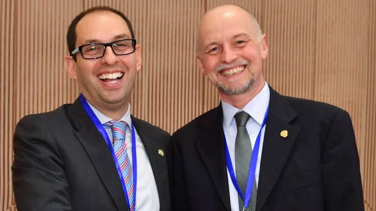 Symbolische Übergabe des TMB Chair vom Vorgänger, Dr. Luca Costa (Italien, Treasurer IIW), an Stephan Egerland. (Bild: Fronius International)